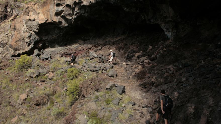 Dos senderistas en el barranco de Argaga