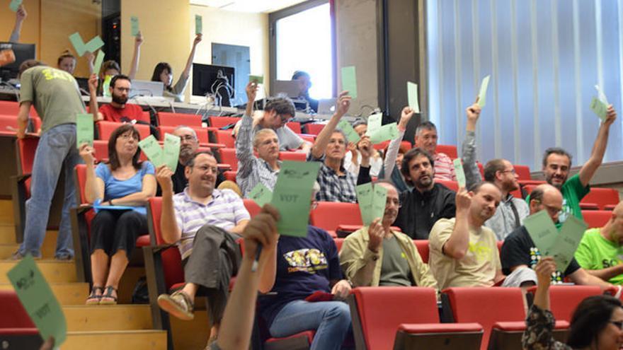 Los socios votan durante la última Asamblea General de la cooprativa. / Som Energia