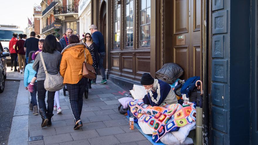 Una persona sin hogar en una calle de Windsor, lugar en el que el líder conservador del ayuntamiento Simon Dudley pidió que se expulsase de la ciudad a todos los homeless antes de la boda del príncipe Harry y Meghan Markle // PA England: Matt Crossick