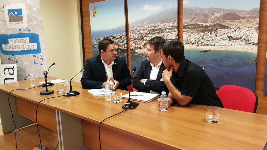 José Julián Mena, a la izquierda, en la rueda de prensa de este lunes