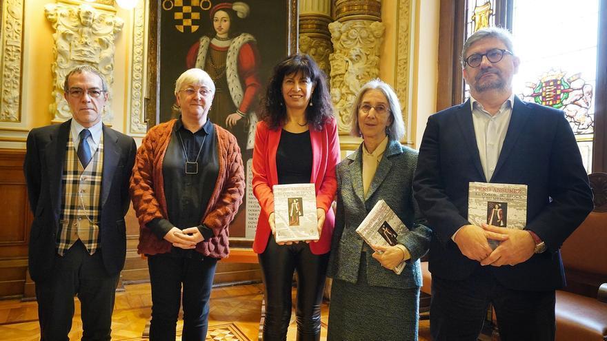 La concejala de Cultura Ana Redondo (en el centro) junto a los coordinadores del libro.