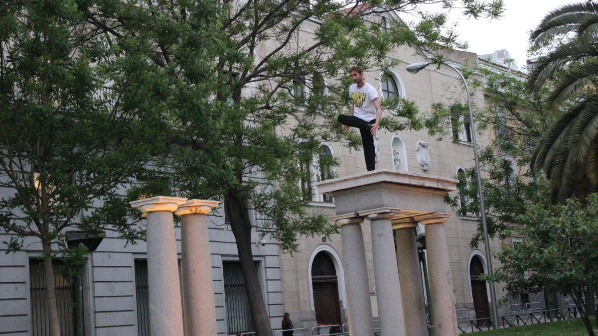 Uno de los jóvenes hace estiramientos antes de saltar a la otra columna | SOMOS CHUECA