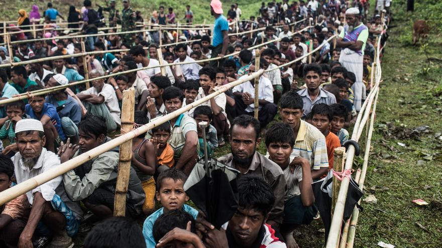 Personas rohingya refugiadas esperan durante horas en un campamento en Bangladesh // Andrew Stanbridge / Amnesty International