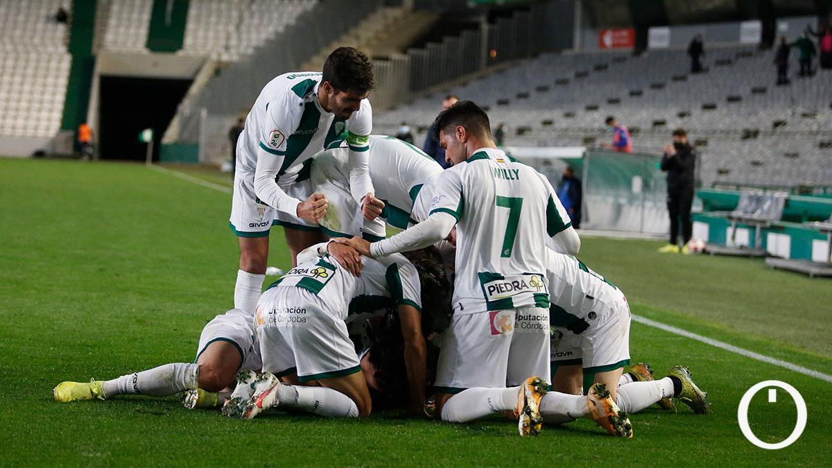 Los jugadores del Córdoba celebran el 2-1.
