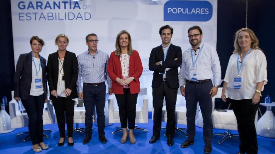 Asier Antona, segundo por la derecha, con la ministra Empleo y Seguridad Social, Fátima Báñez, y otros dirigentes del PP.