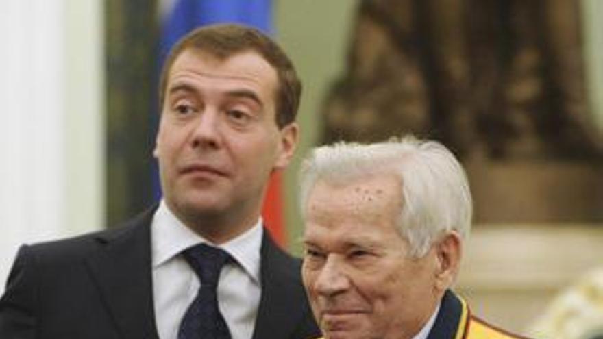 """Medvedev otorga a Kalashnikov el título de """"Héroe de Rusia"""""""