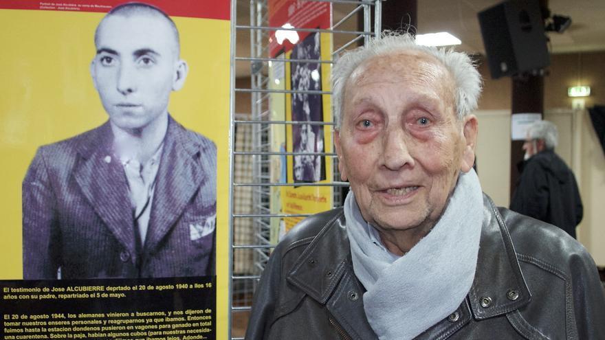 José Alcubierre, fotografiado en 2015 junto al retrato que los SS le hicieron en Mauthausen