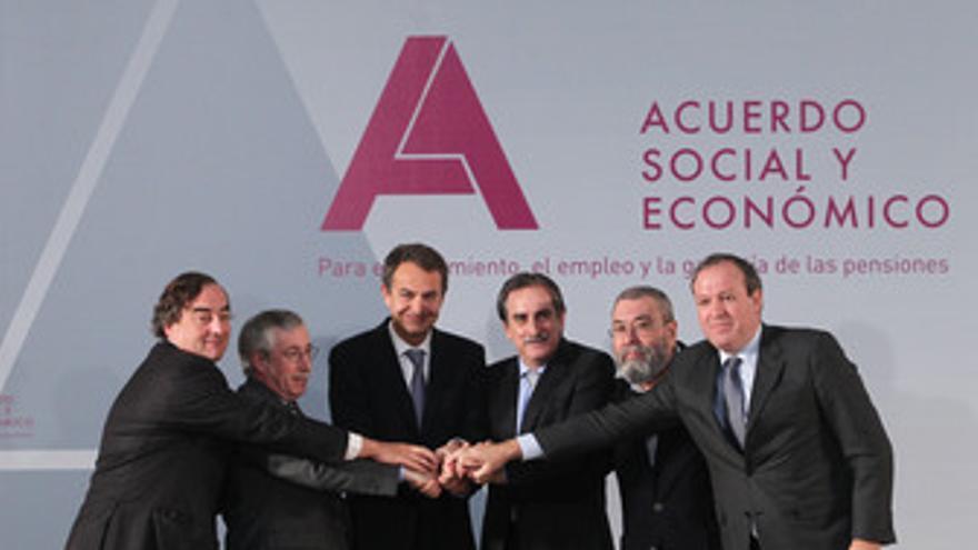 Firma del Acuerdo Social y Económico en La Moncloa entre Gobierno, Patronal y Si