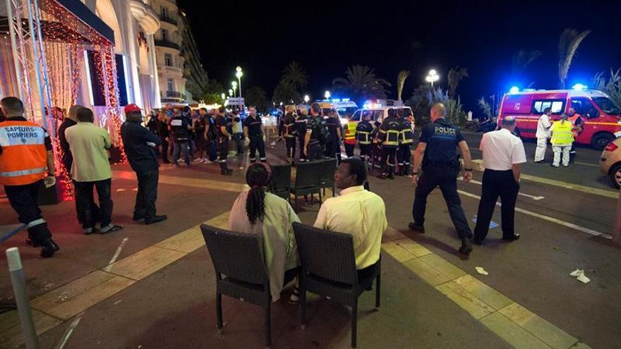 """El Rey a Hollande: """"Nos sentimos muy cerca del querido pueblo francés"""""""
