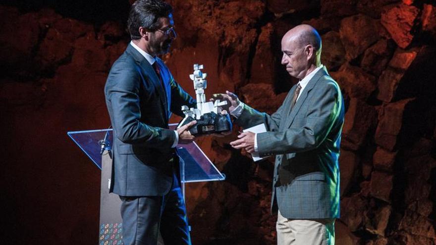 El presidente del Cabildo de Lanzarote, Pedro Sanginés (i), entrega un obsequio al sobrino de César Manrique, Eduardo Manrique.