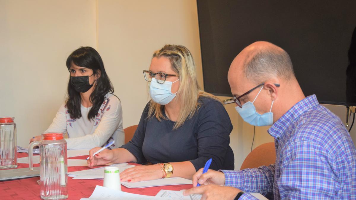 Nayra Castro (c) en una reunión.