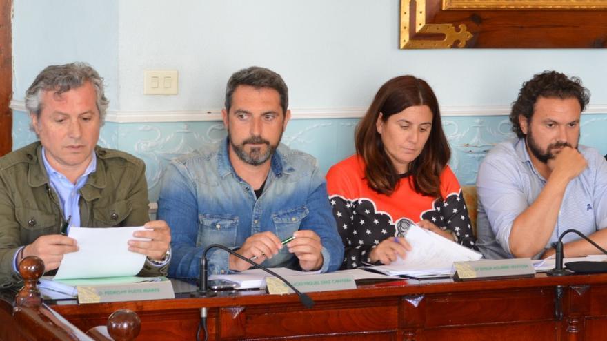 Jesús Gutiérrez (derecha) junto al Grupo Municipal del PRC de Castro Urdiales | RUBÉN ALONSO