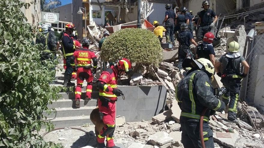 Bomberos y efectivos de la UME en el lugar del siniestro / Foto del 1-1-2 Canarias en Twitter