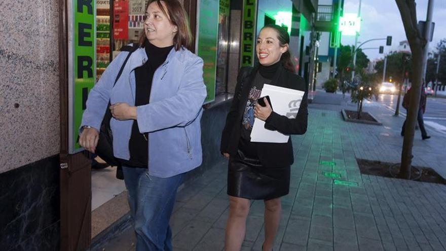 La vicepresidenta del Gobierno de Canarias y consejera de Empleo, Políticas Sociales y Vivienda, Patricia Hernández (d), en la entrada a la sede del PSC-PSOE en Santa Cruz de Tenerife, donde se ha reunido de urgencia la gestora del partido