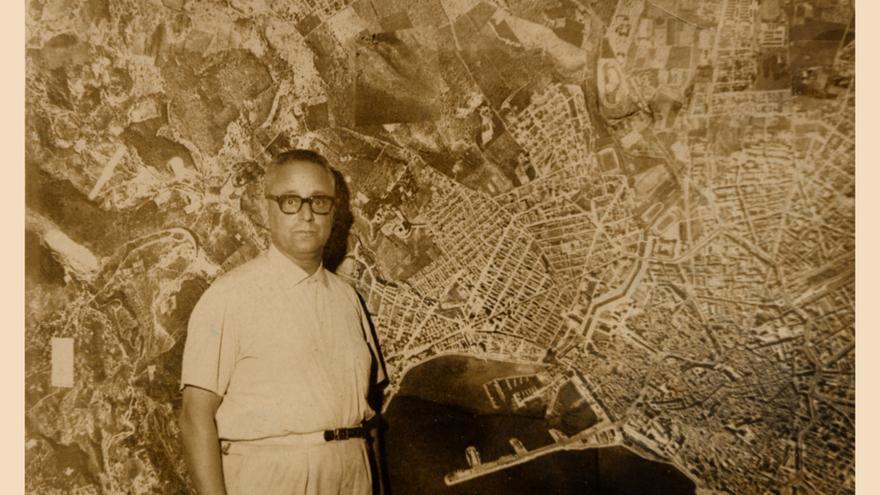 José Ferragut Pou ante un plano de la ciudad de Palma en los años 60.
