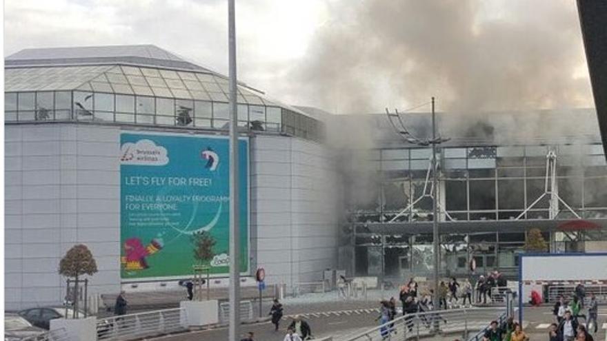 El aeropuerto de Bruselas tras las explosiones registradas esta mañana / @airlivenet