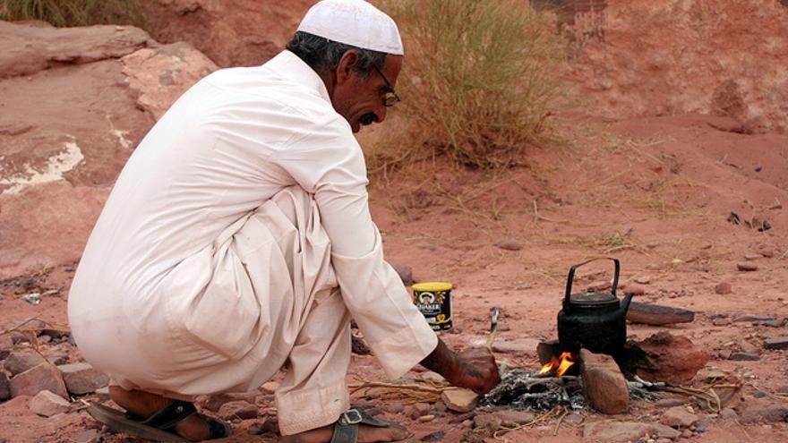 Un beduino enciende una hoguera (Foto: Ana Paula Hirama | Flickr)