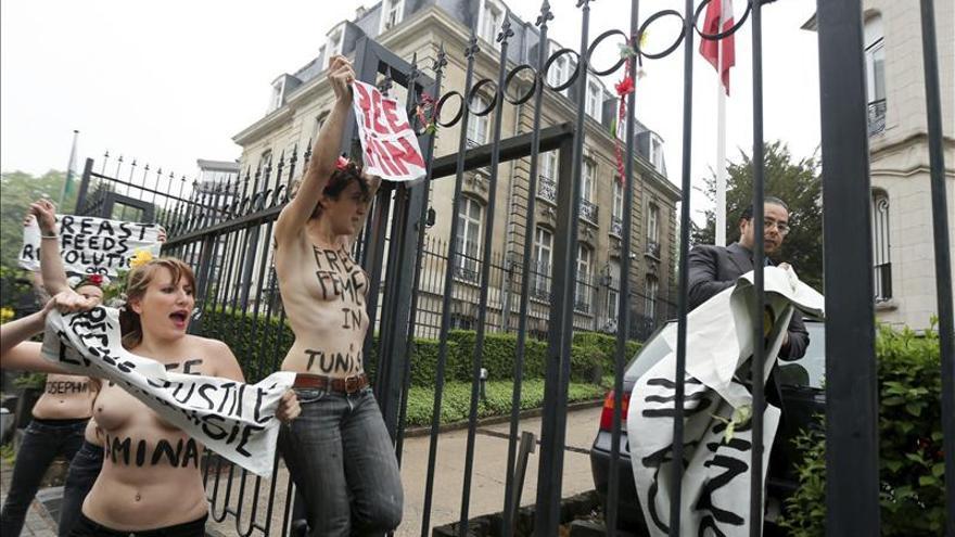 La feminista tunecina Amina comparece ante el juez entre protestas de los salafíes
