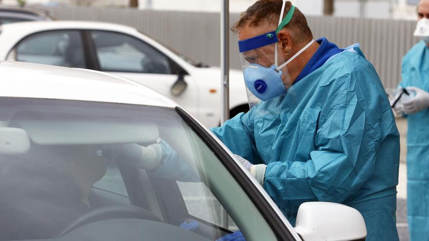 Dispositivo sanitario de la prueba test del PCR para detectar la infección por coronavirus a las personas desde su coche.