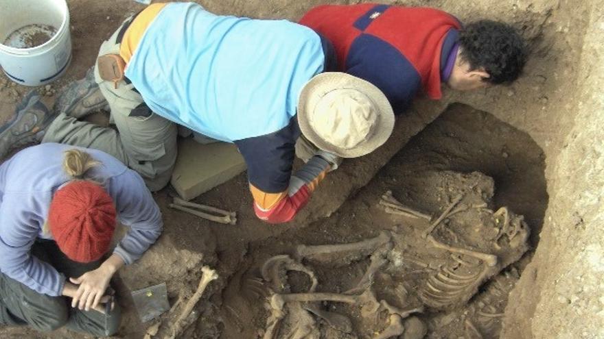 Miembros de la Asociación para la Recuperación de la Memoria Histórica de Aguilar de la Frontera (Aremehisa) en trabajos de exhumación de víctimas.