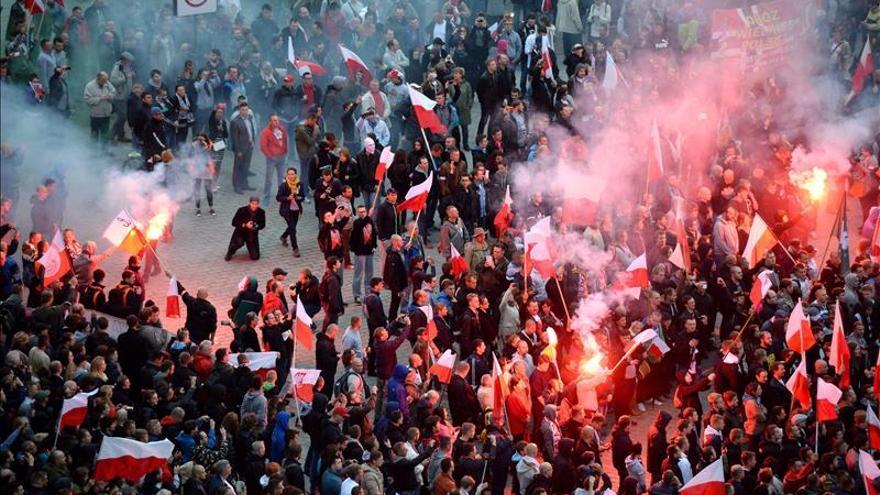 Miles de polacos se manifiestan en Varsovia contra la acogida de refugiados
