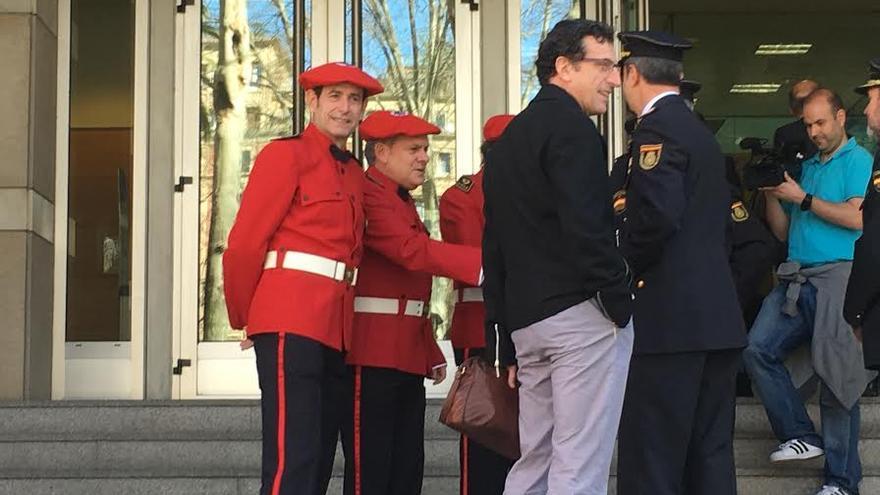 Jorge Aldekoa, de uniforme, con Gervasio Gabirondo y mandos de la Ertzaintza y de la Policía Nacional