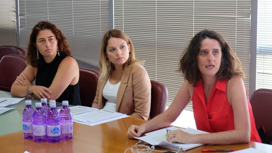 La consejera de Derechos Sociales, Noemí Santana junto a la viceconsejera y a la directora del ICI.