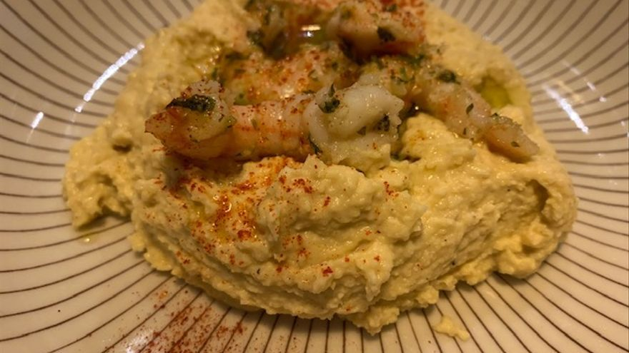 Hummus con langostinos.