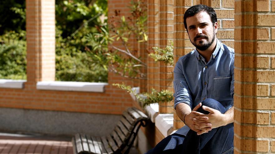 Alberto Garzón, en el exterior de la sede de IU en Madrid. / Marta Jara