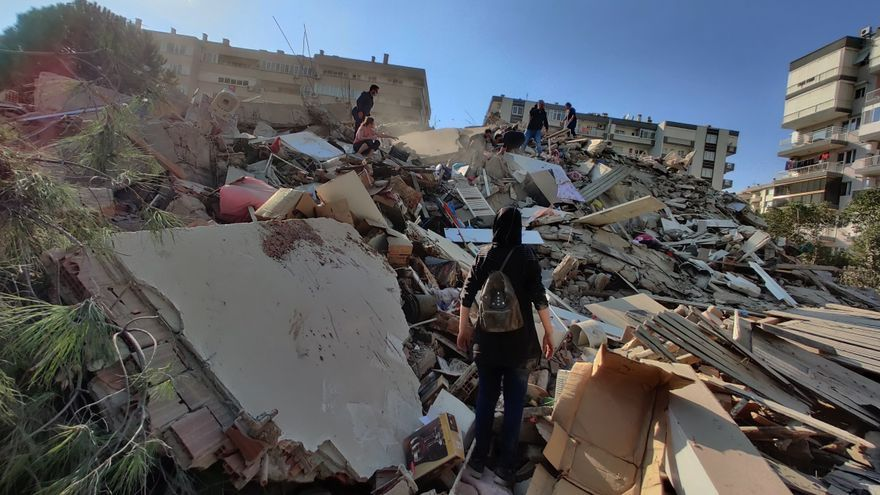 Al menos 12 muertos y 419 heridos en el terremoto en Esmirna