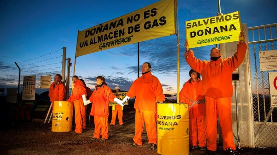Greenpeace monta un campamento a la entrada del almacén de gas en Doñana