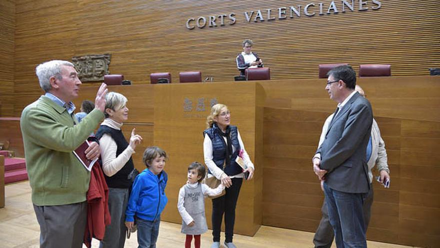 El presidente de las Corts, Enric Morera, atiende a unos ciudadanos en la jornada de puertas abiertas del parlamento valenciano