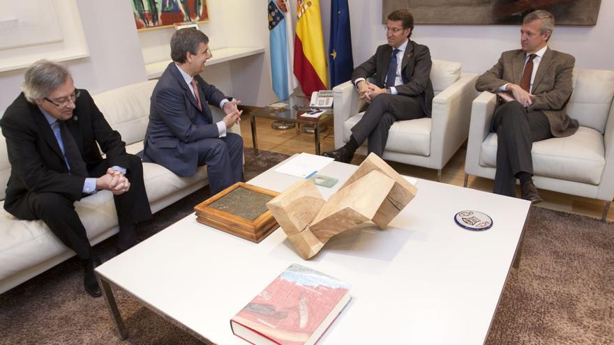 Feijóo y Rueda, en una reunión en su despacho con los muebles cuestionados