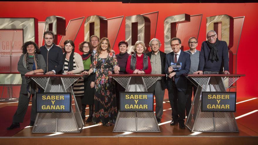 Sergi Schaaff (cuarto por la derecha, junto a Jordi Hurtado), con el resto del equipo de 'Saber y ganar' (Imagen: RTVE)