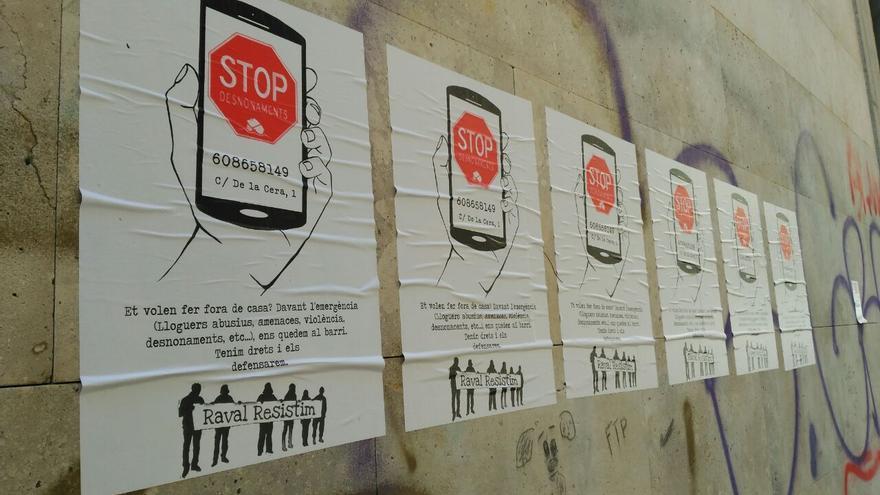 El cartel con el teléfono de emergenia para anticiparse a los desahucios