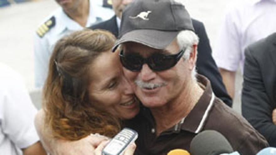 El patrón del 'Alakrana' abraza a su hija. (REUTERS)