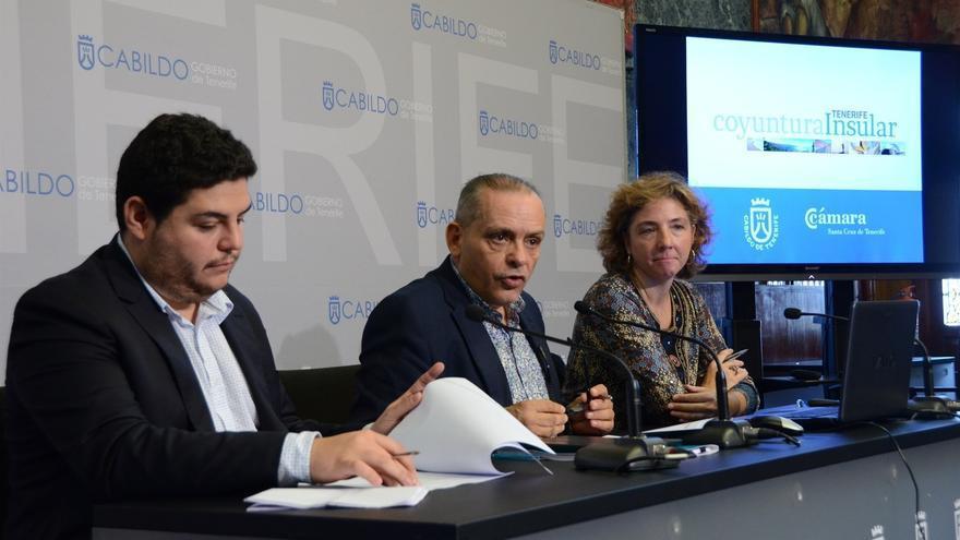 Efraín Medina, en el centro, durante la presentación del Boletín de Coyuntura Económica
