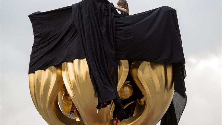 Activistas hongkoneses boicotean un símbolo pro chino a días de la visita de Xi