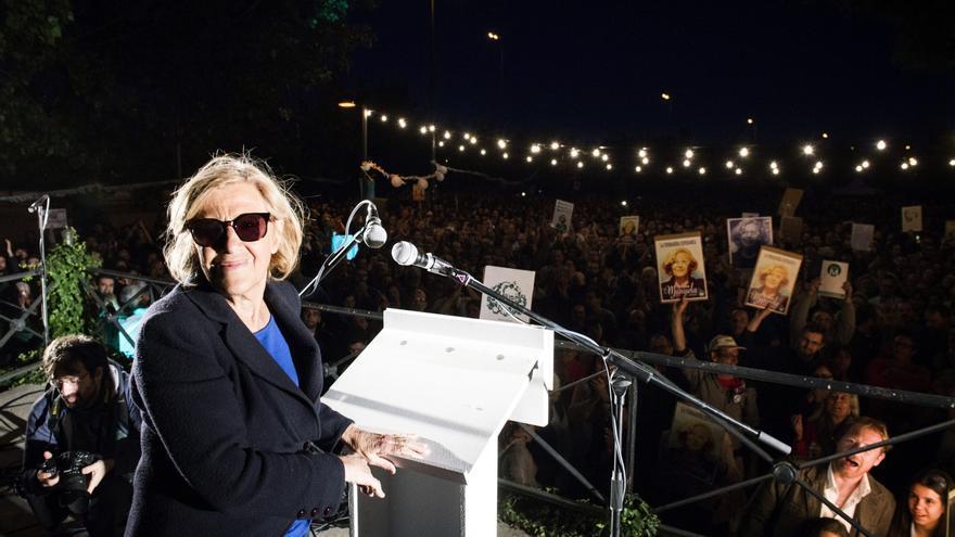 Asistentes al mitin a la candidada a la alcaldía de Madrid por Ahora Madrid, Manuela Carmena, durante el acto de cierre de campaña para las elecciones municipales celebrado esta noche en Madrid.