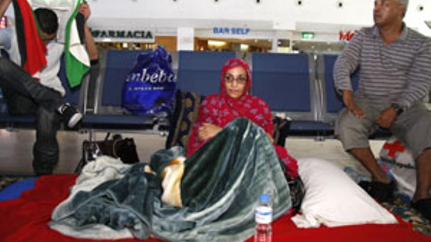Aminatou Haidar, en el aeropuerto de Lanzarote. (CANARIAS AHORA)