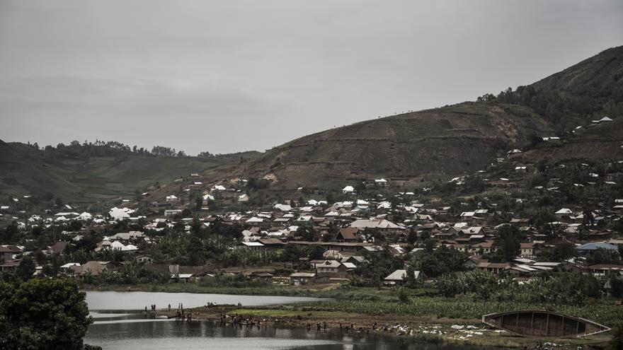 Minova se sitúa al lado del lago Kivu, que problablemente está contaminado. Pero, a pesar de que puede albergar microbios contagiosos, muchas personas no tienen otra opción que obtener agua de este.