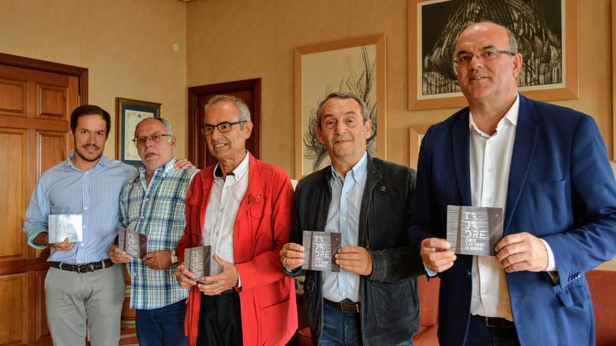 Mariano Hernández Zapata (i) y Anselmo Pestana (d), con varios miembros de la Agrupación Folclórica Tajadre.