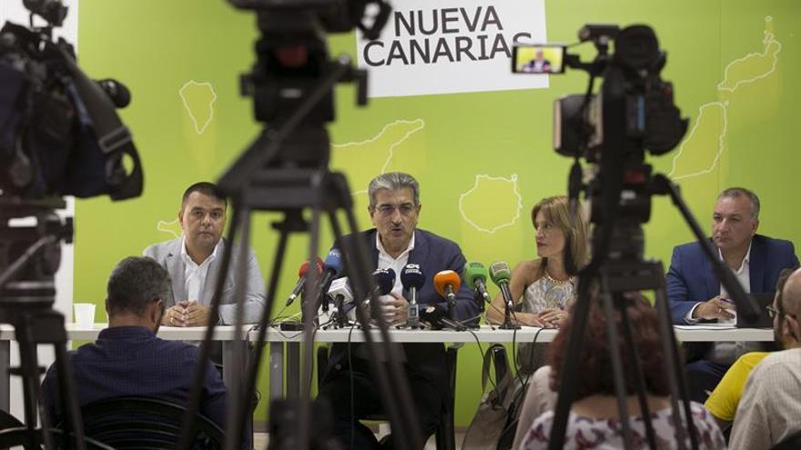 El presidente de Nueva Canarias, Román Rodríguez (2i); el coordinador territorial del partido, Luis Campos (d); y los diputados Esther González (2d), y Pedro Rodríguez (i)