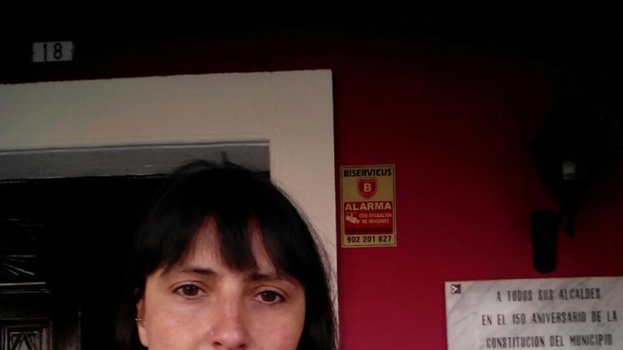 Olivia Fernández con la ordenanza presentada.