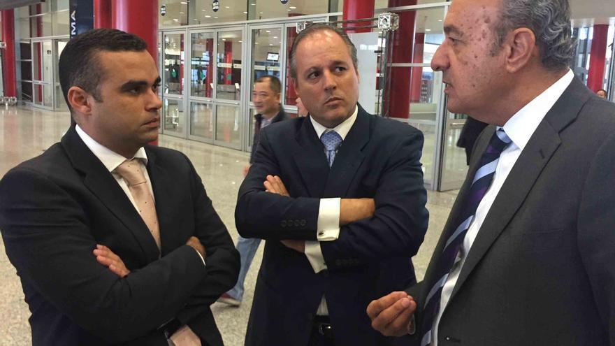 Abel Morales (izquierda), viceconsejero responsable del plátano en el Gobierno de Canarias