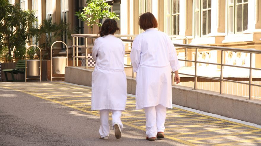 Dues treballadores a l'Hospital Clínic de Barcelona. / BLANCA BLAY