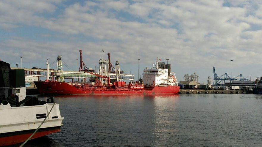 El buque 'Key Bay' en el Puerto de La Luz y de Las Palmas. (EQUO)