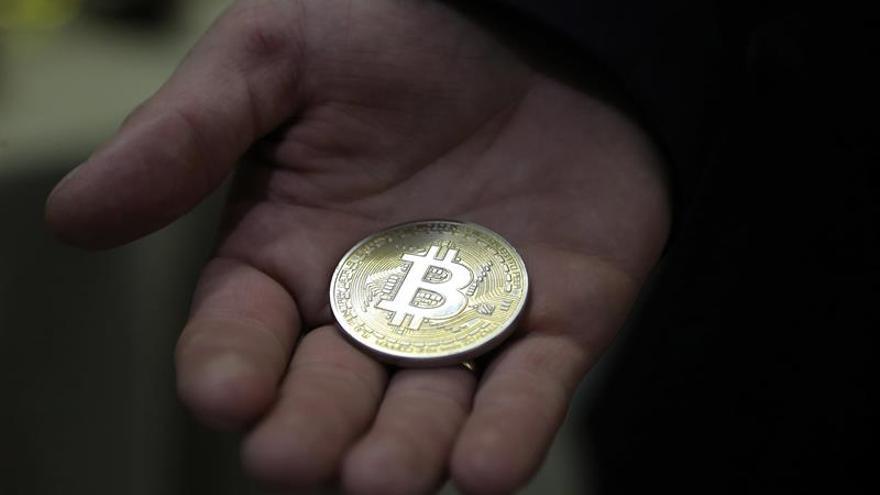La criptomoneda bitcóin supera la barrera de los 5.000 dólares por primera vez