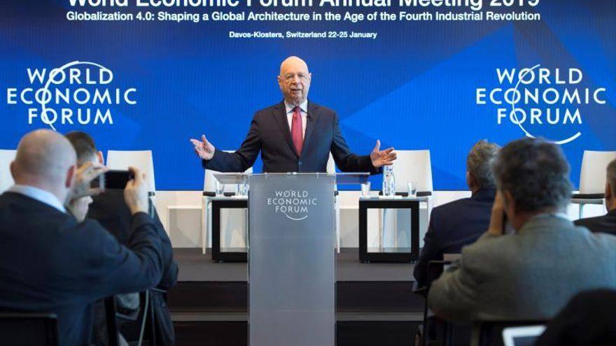 El fundador del Foro, Klaus Schwab, recibe en Davos a la élite política y económica, donde destacan las ausencias de Trump y Macron.
