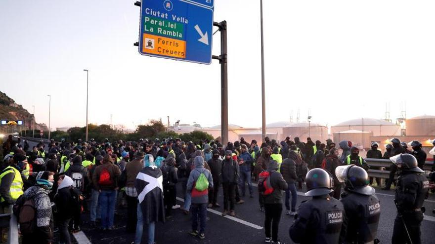 Los Mossos actúan para intentar reabrir las vías cortadas en Cataluña